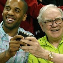 Tại sao tỷ phú Warren Buffett luôn mang theo 2 thứ này trong ví?