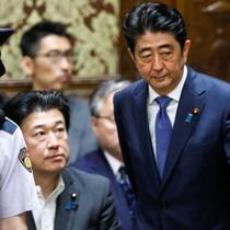 Hàng loạt bê bối đe dọa tương lai Thủ tướng Nhật