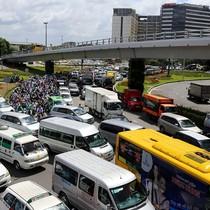 Xe tải, taxi ùn ùn đổ về khiến cửa ngõ sân bay Tân Sơn Nhất kẹt cứng