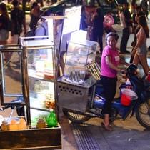 Hàng rong bủa vây phố đi bộ Nguyễn Huệ ở Sài Gòn