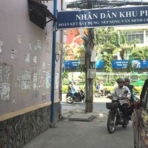 """Rác quảng cáo đủ loại """"tra tấn"""" người dân Sài Gòn"""