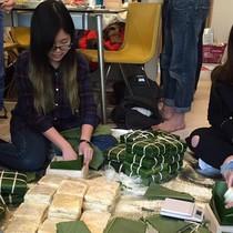 """Chiếc """"bánh chưng nhân ái"""" và chuyện về những người Việt trẻ sống hết mình cho quan hệ Việt – Nhật"""
