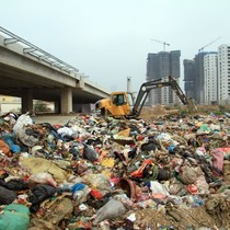 Đổ trộm 80 tấn rác thải sinh hoạt là để… tập kết tạm