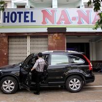 Ôtô đậu chiếm vỉa hè bị phạt, khách đòi chủ khách sạn đóng tiền
