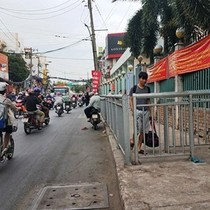 """Xuất hiện hàng rào sắt """"nhốt"""" người đi bộ ở Sài Gòn"""