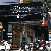 """Cửa hàng điện thoại tính ghi """"ai phôn"""" trên biển quảng cáo"""