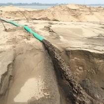 """""""Sa mạc"""" cát bủa vây đê sông Hồng: Biểu hiện lợi ích nhóm"""