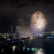 """""""Cháy"""" phòng, nhiều khách xem pháo hoa tại Đà Nẵng vất vưởng ngủ lại trên xe"""