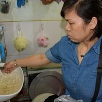 Hàng trăm hộ dân sống chung với nước bẩn cả tháng