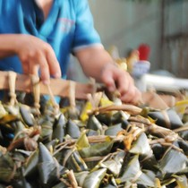 Làm 5.000 cái bánh ú tro chờ bán Tết Đoan Ngọ ở Sài Gòn