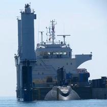 Cận cảnh tàu ngầm Kilo Hà Nội chạm mép nước Vịnh Cam Ranh