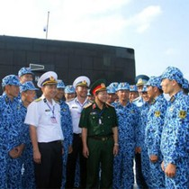 Thượng tướng Đỗ Bá Tỵ kiểm tra tàu ngầm Hà Nội