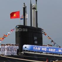 Tàu ngầm Hà Nội phấp phới cờ Tổ quốc trong Lễ tiếp nhận