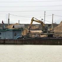 """""""Cứ như báo cáo, 40 tàu khai thác cát thì cả huyện phải nghe thấy"""""""