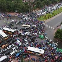 Vì sao Hà Nội cấm xe máy mà không phải là ô tô?