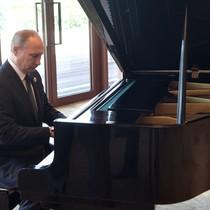Báo Nga: Ông Putin chơi piano trong khi chờ ông Tập Cận Bình
