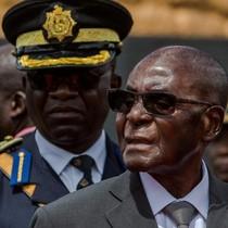 Tổng thống Zimbabwe cố chống chọi áp lực từ quân đội