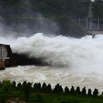 [Ảnh] Nước đổ ầm ầm từ 7 cửa xả lũ thủy điện Hòa Bình