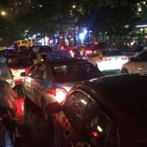 """Mưa kéo dài, giao thông Hà Nội """"tê liệt"""", hỗn loạn vào giờ tan tầm"""