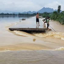 Hà Nội: Vỡ đê sông Bùi ở Chương Mỹ, nhà chìm trong nước