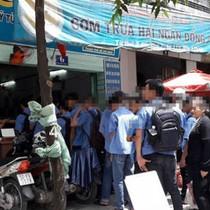 Sinh viên xếp hàng ăn cơm 2.000 đồng: Vì khó khăn hay lười biếng?