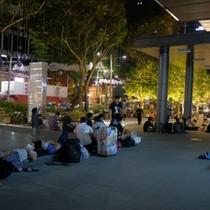 """Apple Store """"bất lực"""" giải tán đám đông người Việt chờ mua iPhone X"""