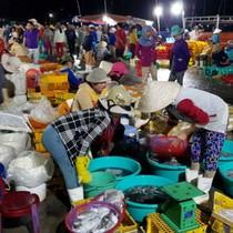 Chợ cá lớn nhất Ninh Thuận trong đêm chạy bão Kirogi