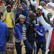 Dân Zimbabwe reo hò khi Tổng thống Mugabe mất chức lãnh đạo đảng cầm quyền