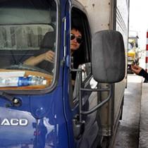 Tài xế dùng tiền lẻ qua trạm thu phí BOT ở Khánh Hòa