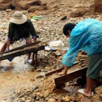 [Video] Dân Quảng Nam ra sông đào vàng sau lũ