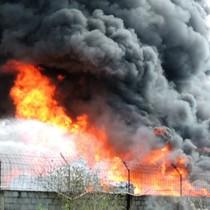 Trụ điện cao thế đổ ập trong đám cháy lớn ở Vũng Tàu