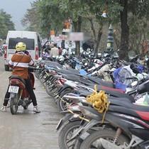 Du khách méo mặt vì giá vé gửi xe tại lễ hội chùa Hương
