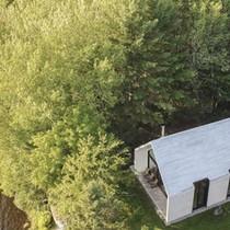 Ngôi nhà làm bằng gỗ trắng phau nổi bật bên hồ