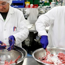 """Thịt """"công nghệ"""" được đầu tư bởi Bill Gates đang khiến ngành chăn nuôi lo sợ"""