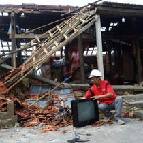 Người dân Quảng Bình cố vớt vát tài sản còn sót lại sau bão số 10