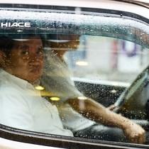 Sài Gòn mưa lớn, ông Đoàn Ngọc Hải vẫn xuống đường dẹp vỉa hè