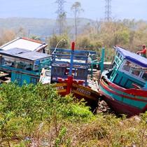 [Ảnh] Hàng chục tàu cá bị bão đánh dạt lên bờ đê