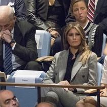 Chánh văn phòng Nhà Trắng ôm đầu khi Trump phát biểu tại Liên Hợp Quốc