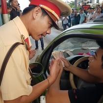 Cảnh sát giao thông mời nhiều tài xế phản đối BOT Biên Hòa làm việc