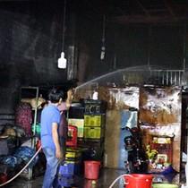 Gia đình 4 người kẹt trong đám cháy ở Bình Dương