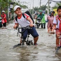 Người Sài Gòn kẹt giữa dòng nước khi triều cường đạt đỉnh