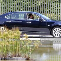 Thủ tướng Nhật mang xe Lexus chống đạn tới Việt Nam