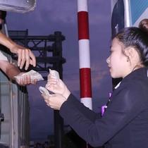 Tài xế dùng tiền lẻ mua vé qua trạm BOT Nam Bình Định, giao thông ách tắc