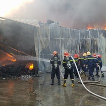Kho hàng 4.000 m2 của công ty may bốc cháy dữ dội