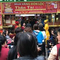 Người dân xếp hàng mua vàng vía Thần Tài, doanh nghiệp lại trúng đậm