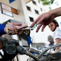 Giá xăng lần đầu giảm kể từ đầu năm