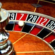 Bố mẹ nuôi, em dâu, em rể cán bộ thuế không được giám sát casino