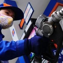 Giảm nhẹ giá xăng, tăng giá dầu