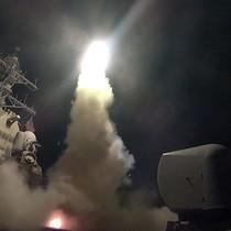 """""""Cuộc chiến búa tạ"""" của Trump: Hoa Kỳ ồ ạt phóng tên lửa vào căn cứ không quân Syria"""