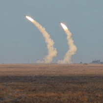"""Ông Poroshenko ra lệnh cho các lực lượng tên lửa Ukraine """"sẵn sàng lấy lại Donbass""""!"""
